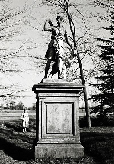 Het standbeeld van jachtgodin Diana met hinde. Volgens een plaatselijke overlevering zouden de ogen van het standbeeld rood opgloeien in het duister. (Foto: Laurens Siebers)